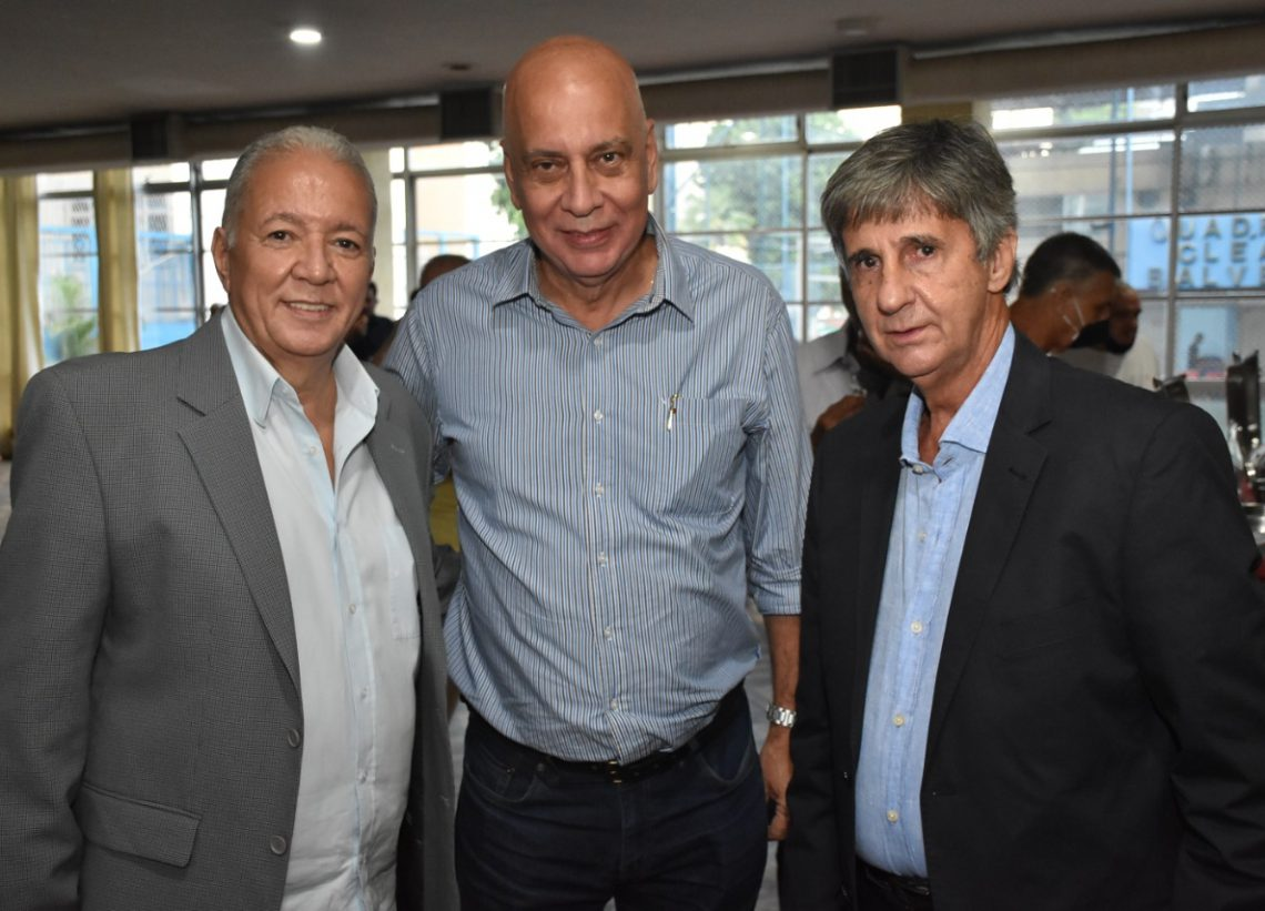 Luiz Paredes toma posse no Club Municipal
